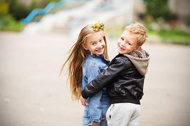 portrait of a happy children - boy and girl - moda de otoño fotografías e imágenes de stock