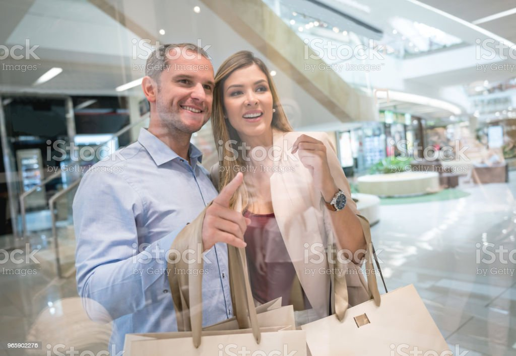 Portrait of a happy couple shopping at the mall - Royalty-free 30-39 Years Stock Photo