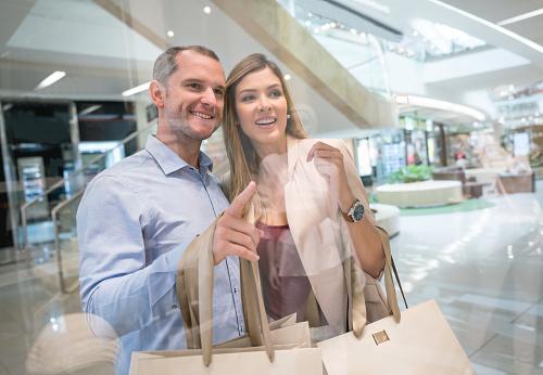 Portret Van Een Gelukkige Paar Winkelen In Het Winkelcentrum Stockfoto en meer beelden van 30-39 jaar