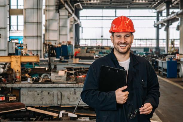 Porträt eines glücklichen Vorarbeiters in der Metallindustrie. – Foto