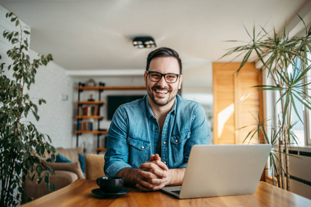 porträt eines glücklichen freiberuflers im home office. - 30 34 jahre stock-fotos und bilder