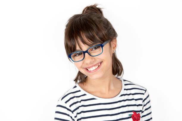 porträt von ein glückliches kleines mädchen mit brille - geek t shirts stock-fotos und bilder