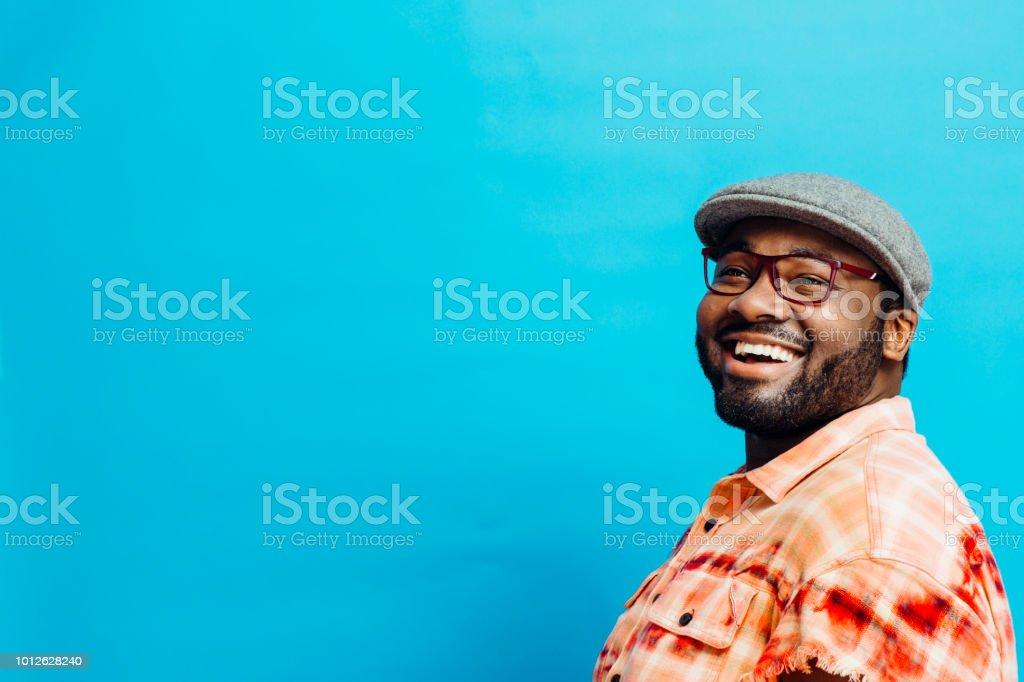 Porträt von ein glücklicher Mann im orangefarbenen t-shirt nachschlagen Lizenzfreies stock-foto