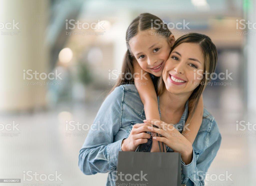 Porträt eines glücklichen Mutter und Tochter im Einkaufszentrum – Foto