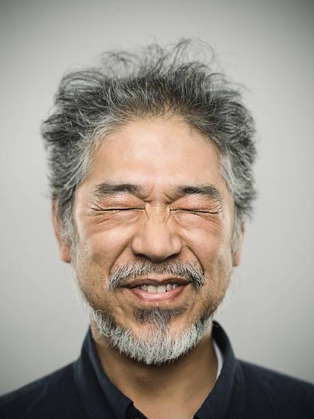 Portrait d'un homme heureux real japonais avec des cheveux gris. - Photo