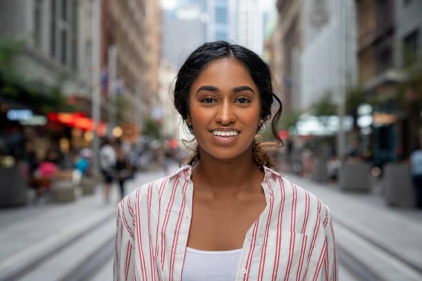 Porträt einer glücklichen Frau lächelnd auf der Straße – Foto