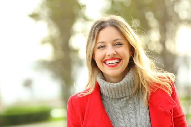 porträt einer glücklichen frau tragen rote jacke im winter - gute winterjacken stock-fotos und bilder