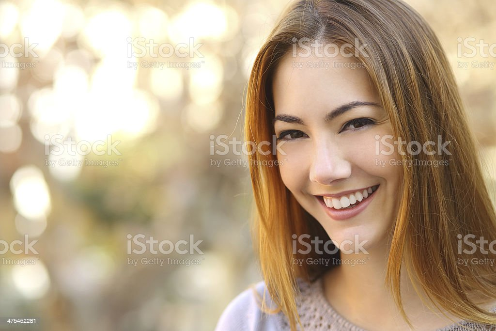 Portrait d'une femme heureuse avec un sourire parfait blanc - Photo
