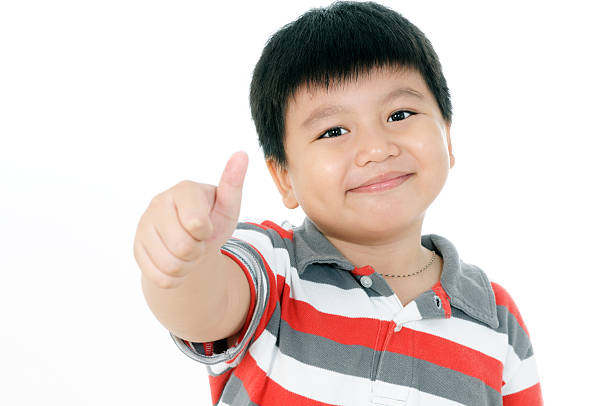 Porträt von eine glückliche junge zeigen Daumen-up-Schild – Foto