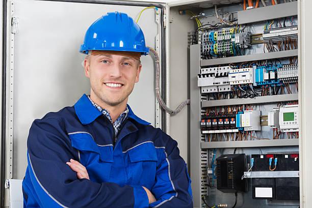 portrait of a happy young male electrician - electricista fotografías e imágenes de stock