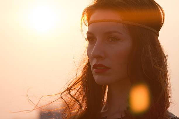 porträt ein hippie frau mit stirnband blick weit entfernt - hippie stirnbänder stock-fotos und bilder