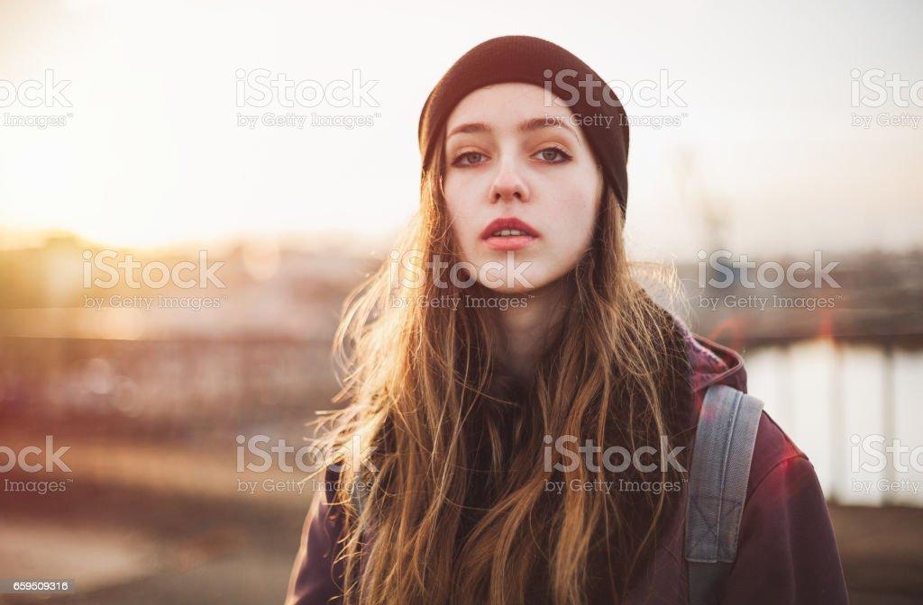Retrato de una chica hipster al atardecer - foto de stock