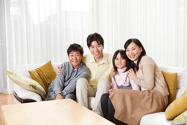 Retrato de una familia en japonés contemporáneo su hogar lejos del hogar - foto de stock