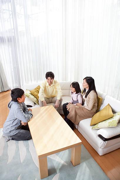 porträt einer japanischen familie in moderne zuhause vertikal - mädchenraum vorhänge stock-fotos und bilder
