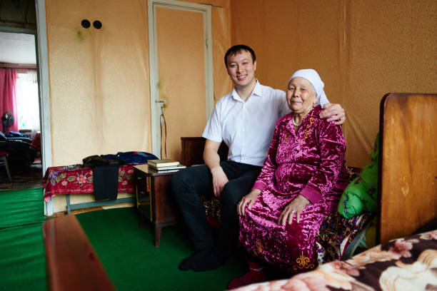 Portrait of a Kazakh grandmother with her grandson in a typical Kazakh apartment – Foto