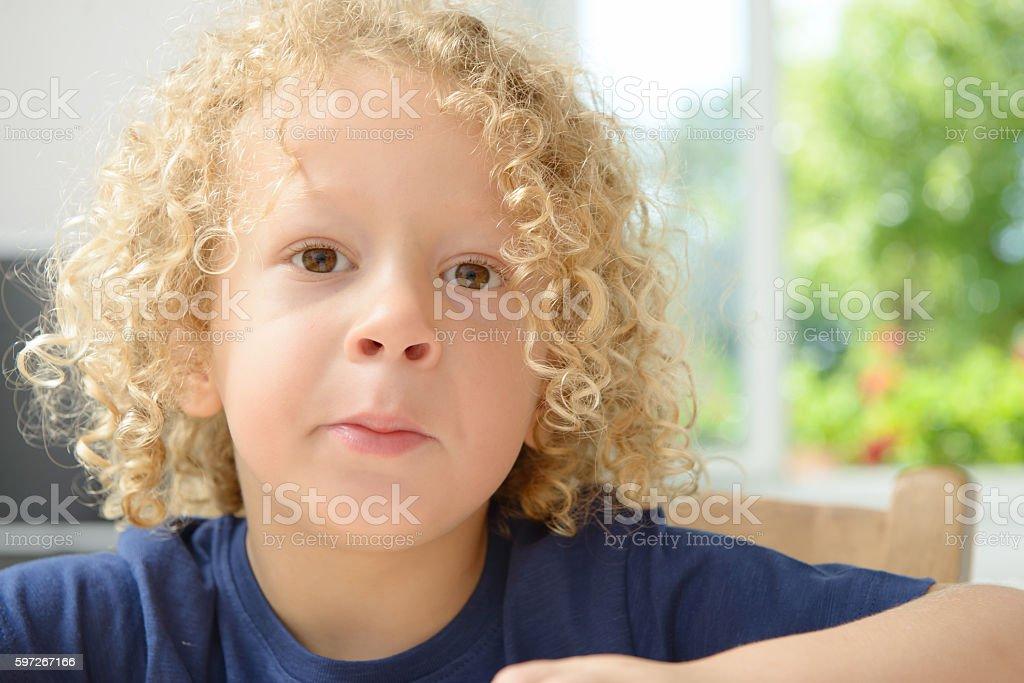 portrait d'un petit garçon avec des cheveux blond bouclés photo libre de droits