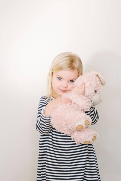 porträt eines kleinen niedlichen mädchens mit osterhasen - osterhase zeichnen stock-fotos und bilder