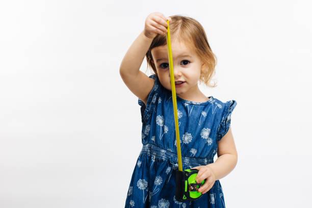 portret van een meisje houden meetlint - lang lengte stockfoto's en -beelden