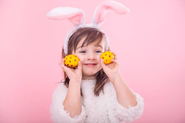 porträt eines kleinen mädchens mit bunny ohren w ostereier - sommerfest kindergarten stock-fotos und bilder