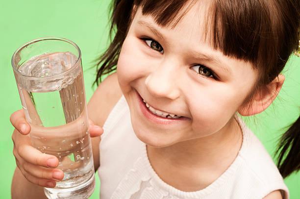 Porträt von einem kleinen Mädchen mit Glas Wasser – Foto