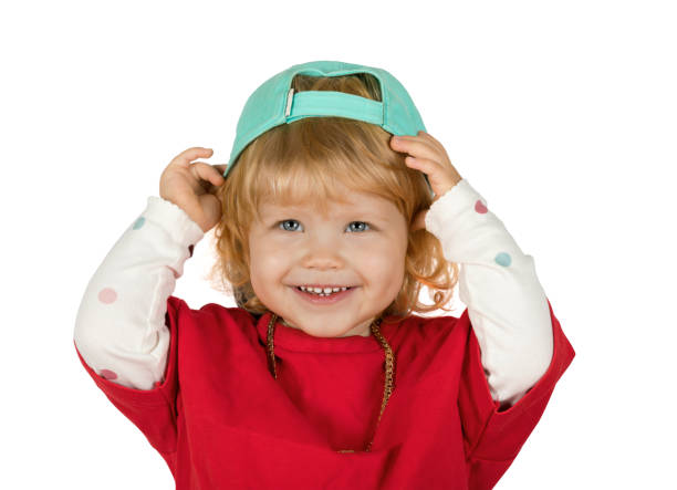 Retrato de una niña encantadora con una camiseta roja y una gorra de béisbol - foto de stock
