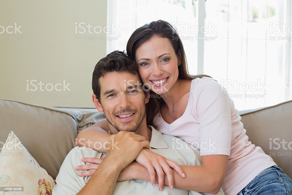 Zdjęcie Kochać para siedzi na kanapie, – zdjęcie