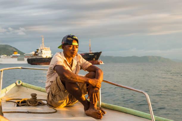 porträt eines madagassischen schiffers - segelhandschuhe stock-fotos und bilder