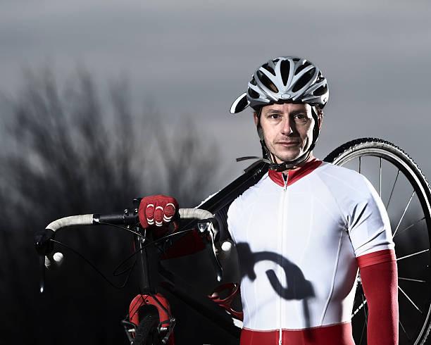 porträt eines männlichen cyclone hudhud racerback. - cyclocross stock-fotos und bilder