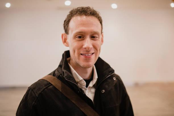 retrato de um homem sorridente, vestindo um casaco quente - standing out from the crowd (expressão inglesa) - fotografias e filmes do acervo