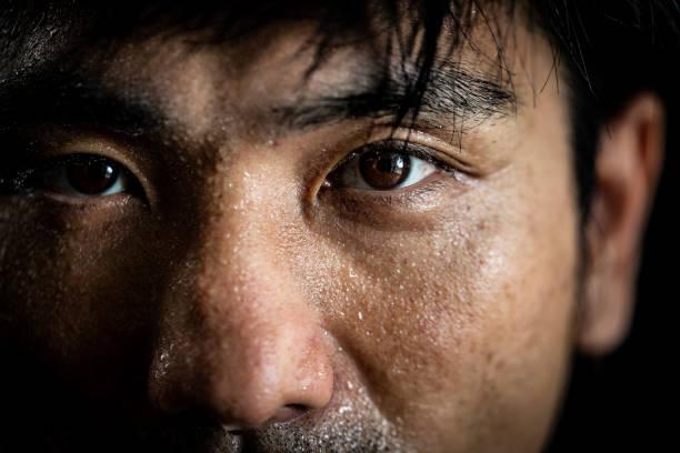 porträt eines mannes, der sporttraining macht - einzelner mann über 30 stock-fotos und bilder