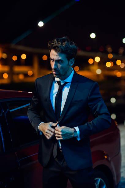 porträt eines mannes im anzug spät in die nacht - sexsymbol stock-fotos und bilder