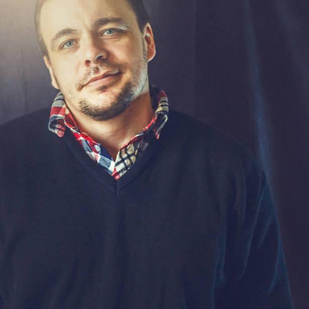 Retrato de um homem em cinza backgraund - foto de acervo