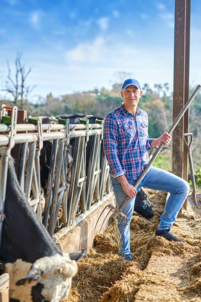 Retrato de un hombre en ranchos ganaderos. - foto de stock