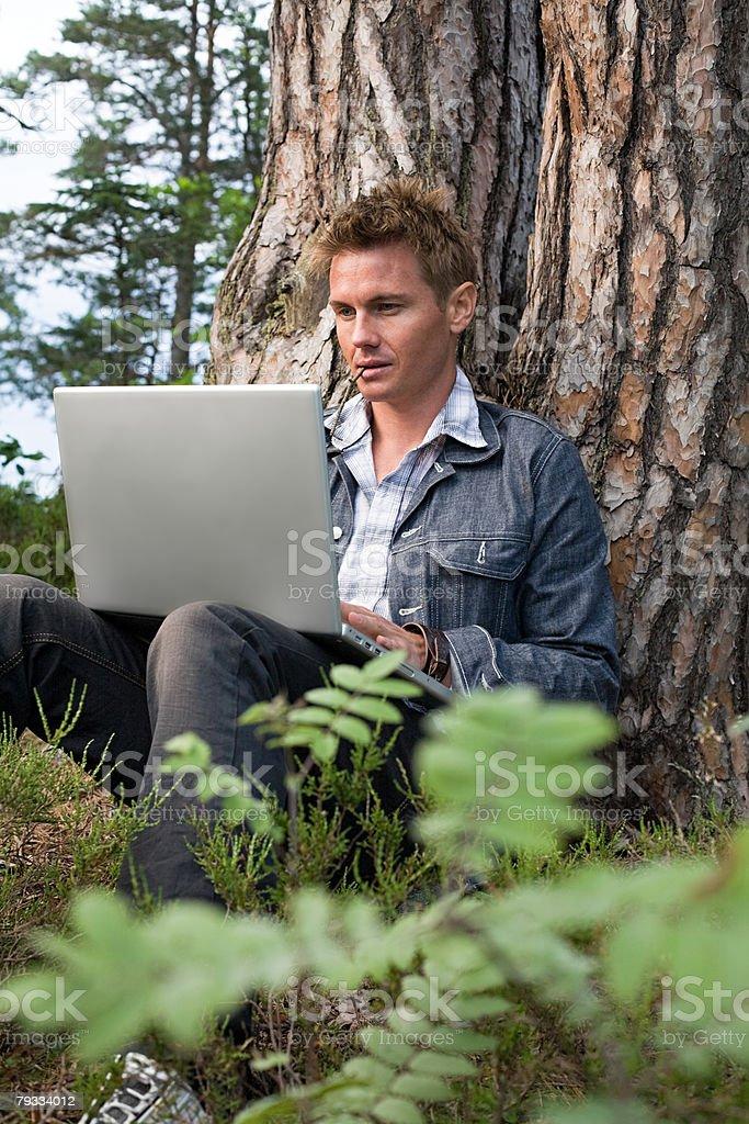 Retrato de um homem usando um computador portátil foto de stock royalty-free