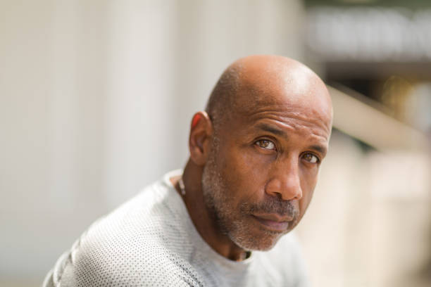 성숙한 아프리카계 미국인 남자의 초상화입니다. - 성년 남자 뉴스 사진 이미지