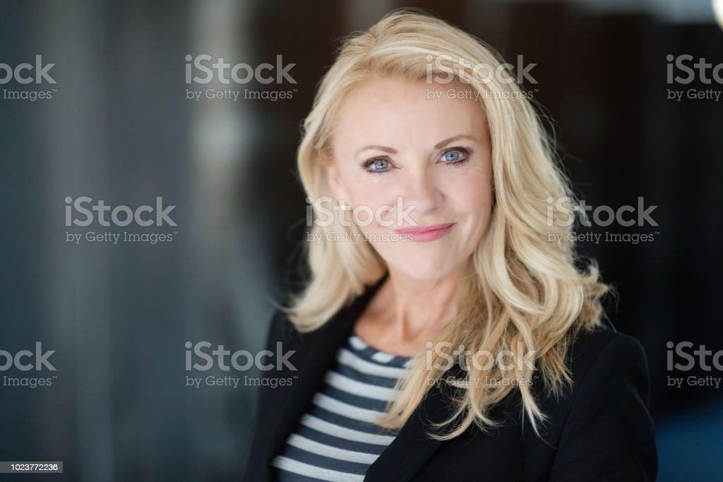 Porträt von Reife Geschäftsfrau lächelnd in die Kamera – Foto