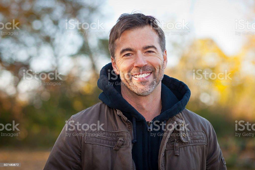 Retrato de um homem mais velho, sorrindo para A câmera foto de stock royalty-free
