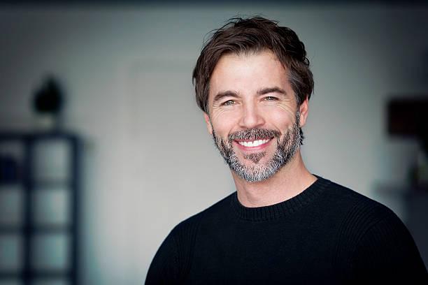 Porträt von Reifer Mann lächelnd in die Kamera – Foto