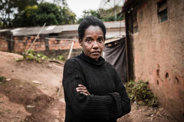 porträt einer reifen frau in ihrer nachbarschaft - rustikaler hinterhof stock-fotos und bilder