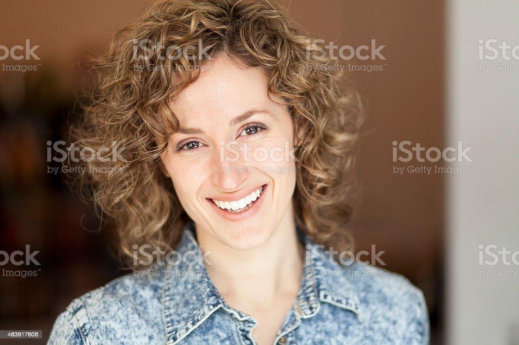 Porträt einer reifen Frau lächelt in die Kamera – Foto
