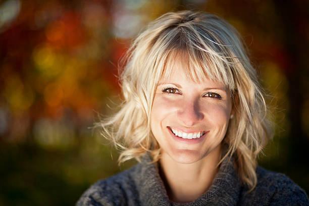 Portrait d'une femme d'âge mûr souriant à la caméra - Photo