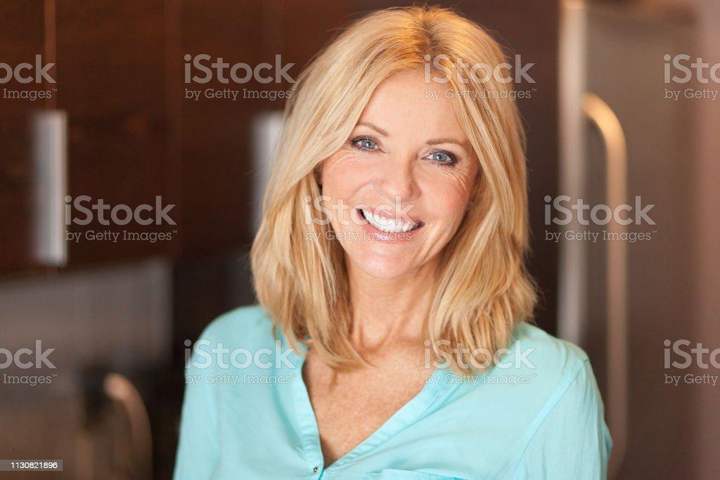 Porträt einer reifen Frau lächelt an der Kamera. Sie ist zuversichtlich und stolz – Foto