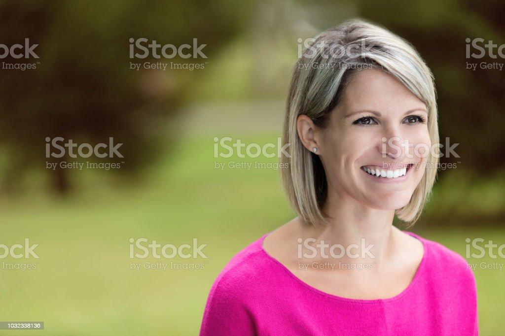 Porträt von einer Ältere Frau lächelnd im Park – Foto
