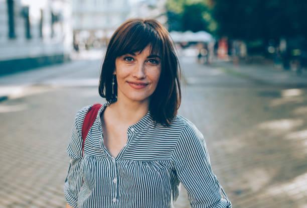 portret van een middelbare leeftijd vrouw - mid volwassen vrouw stockfoto's en -beelden