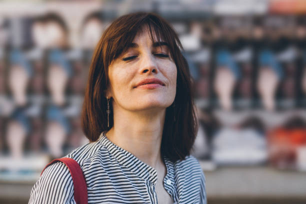 portrait de la femme d'âge moyen - yeux fermés photos et images de collection