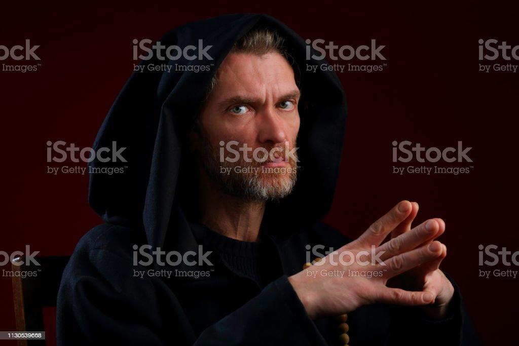 Retrato de um monge em um medieval roupão com capuz - foto de acervo