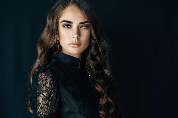 retrato de una hermosa mujer mirando - moda de maquillaje fotografías e imágenes de stock