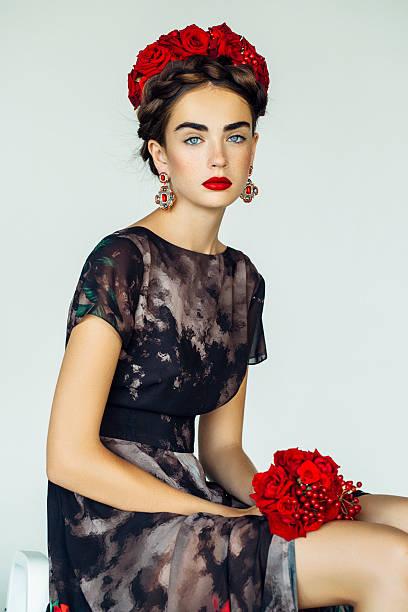 porträt einer schönen frau suchen - ohrringe rose stock-fotos und bilder