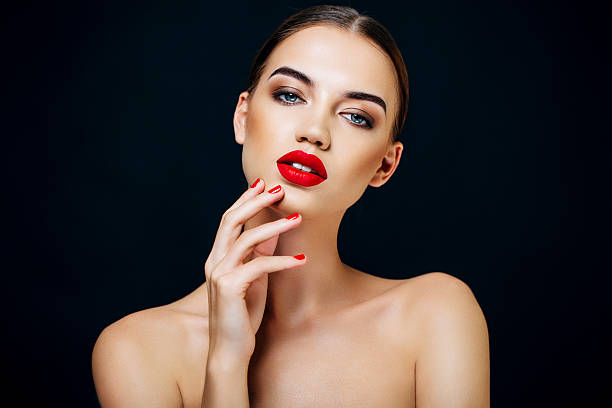 retrato de una hermosa mujer mirando - labios rojos fotografías e imágenes de stock