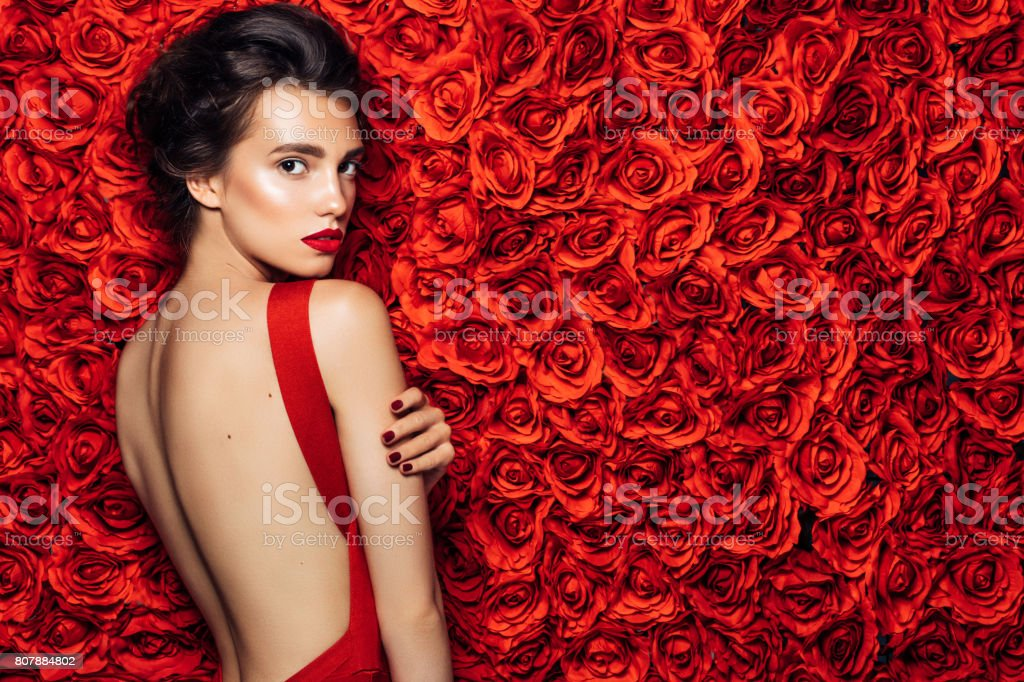 Retrato de uma bela mulher olhar - foto de acervo